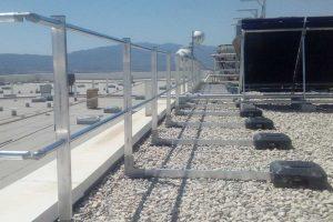Instalación de barandillas de seguridad perimetral en los muelles de salida y entrada