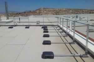Barandillas de protección perimetral en los muelles de salida y entrada