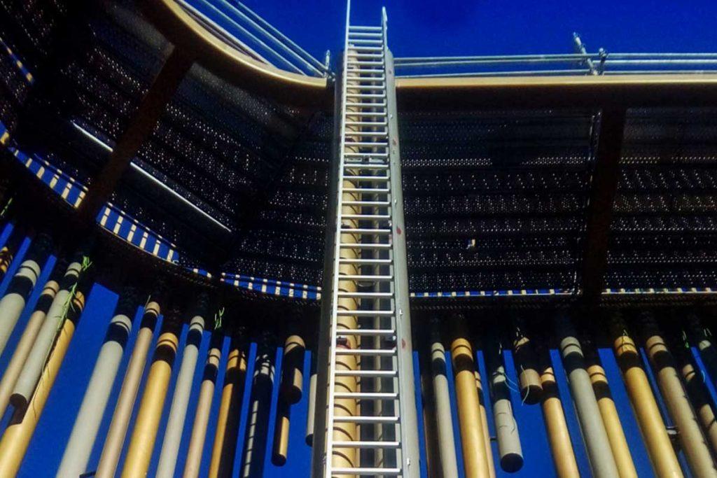 escalera de acceso en el casino odiseo