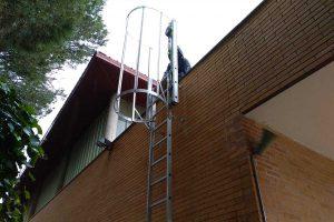 escalera vertical con protección dorsal