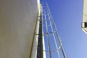 escaleras verticales para acceder a la cubierta