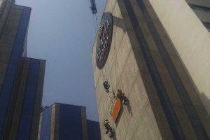 trabajos verticales mediante cuerdas para instalar el logotipo luminoso de mercadona