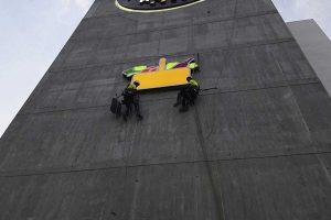 Instalación del logotipo de mercadona en una fachada a través de trabajos verticales