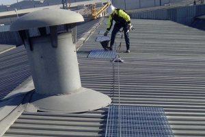 sistema de seguridad en altura instalado sobre una cubierta