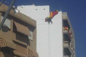 trabajo vertical para instalar una bandera de España