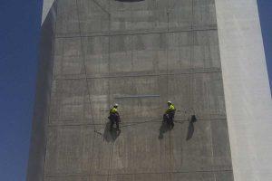 trabajos verticales en una fachada de hormigón
