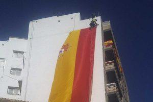 instalación de una bandera de España mediante un trabajo vertical