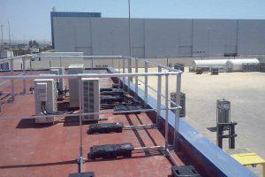 Barandilla de seguridad instalada sobre una cubierta