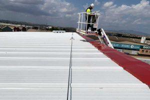líneas de vida fijas como protección de seguridad para trabajar sobre una cubierta