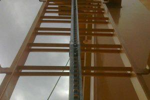 escalera vertical con linea de vida
