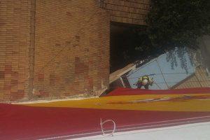 trabajos verticales para instalar una bandera de España