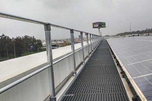 Barandillas de seguridad fijadas sobre una cubierta
