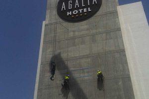 trabajos verticales para instalar el logotipo de mercadona en una fachada