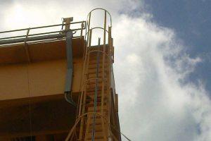 escalera con linea de vida vertical