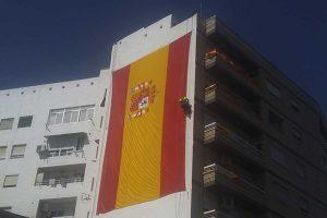 trabajos verticales para instalar una bandera de España en Alcantarilla