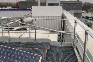 Barandillas de seguridad fijadas sobre una cubierta para realizar tareas en altura