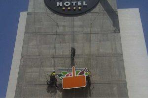 trabajos verticales en la fachada del hotel Agalia