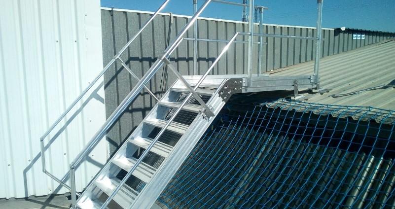 escaleras, saltos de lobo y protección de lucernarios con redes de seguridad