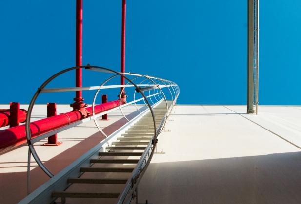 escaleras de acceso con protección dorsal