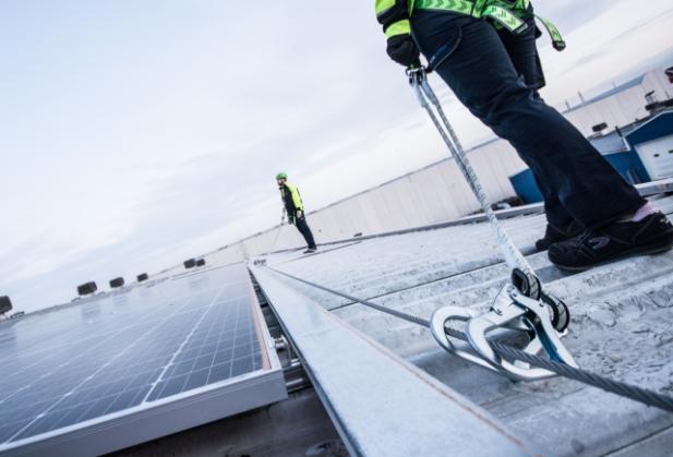 líneas de vida permanentes instaladas para el mantenimiento de las placas solares